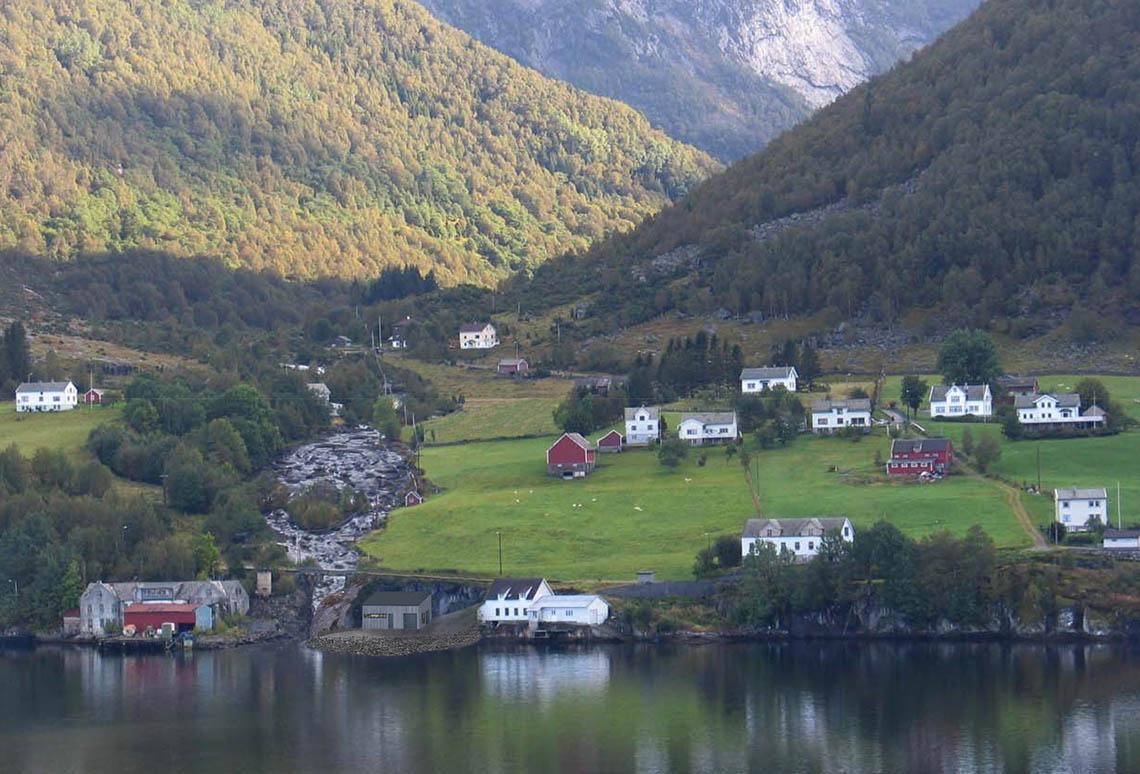 Bild på kraftverk och bergsdal i Masfjorden.